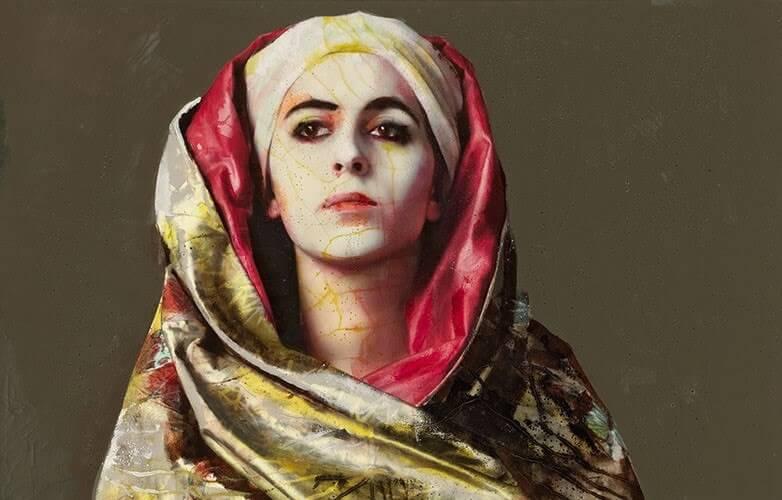 Konstverk med kvinna omsvept av ett färggrant tygstycke.