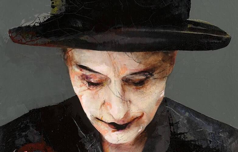 Konstverk med hattbeklädd person mot grå bakgrund.