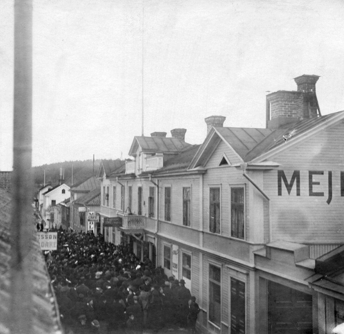 Ett demonstationståg går genom en stadskärna.