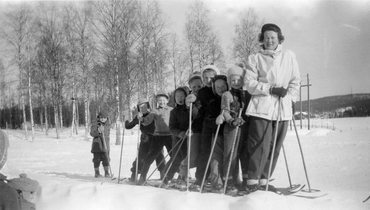 Kvinna och barn åker längdskidor.