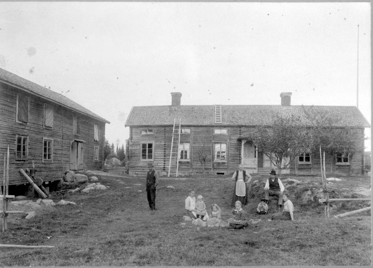 En grupp människor poserar på en lantbruksgård.
