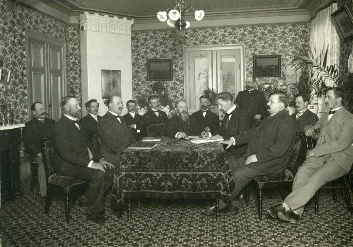 En grupp män församlade runt ett bord.