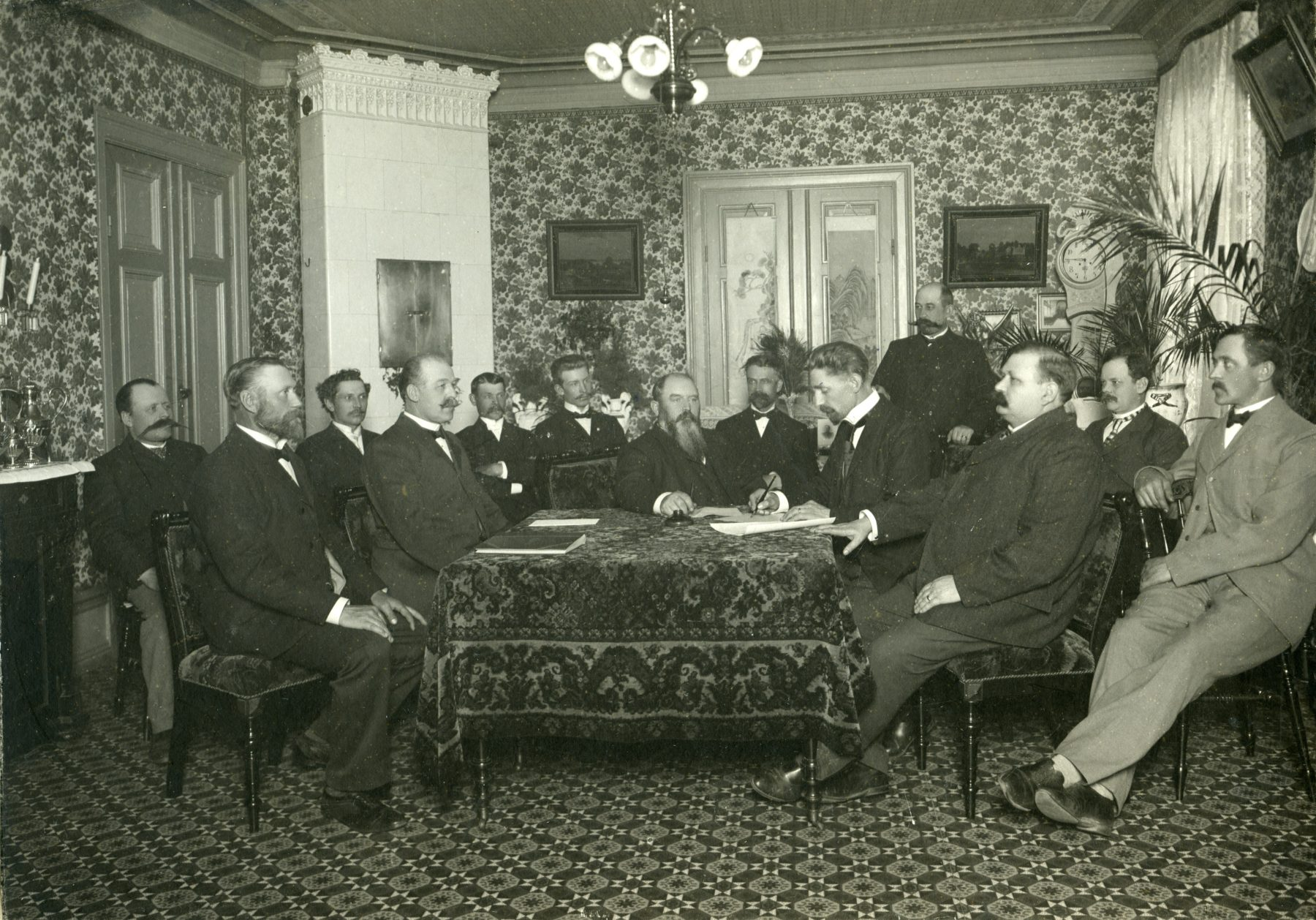 Män församlade runt bord