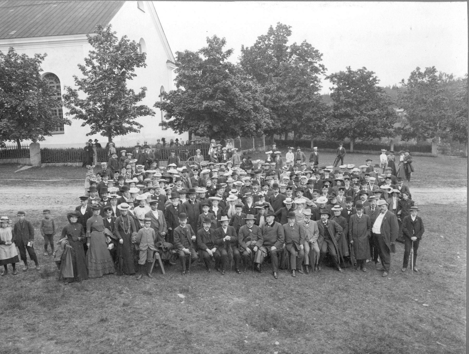 Gruppfoto vid kyrka