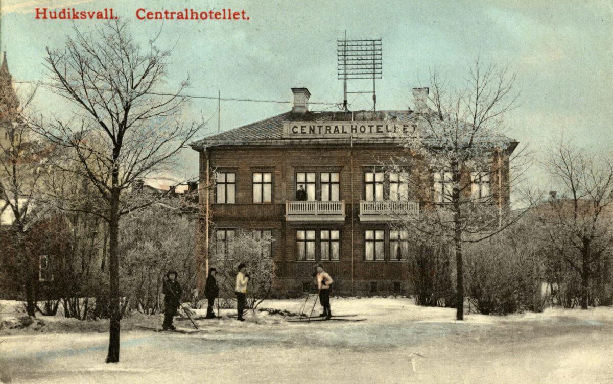 Några skidåkare framför centralhotellet i Hudiksvall.