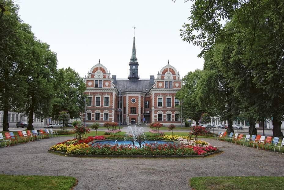 Söderhamns rådhus med rådhusparken i förgrunden