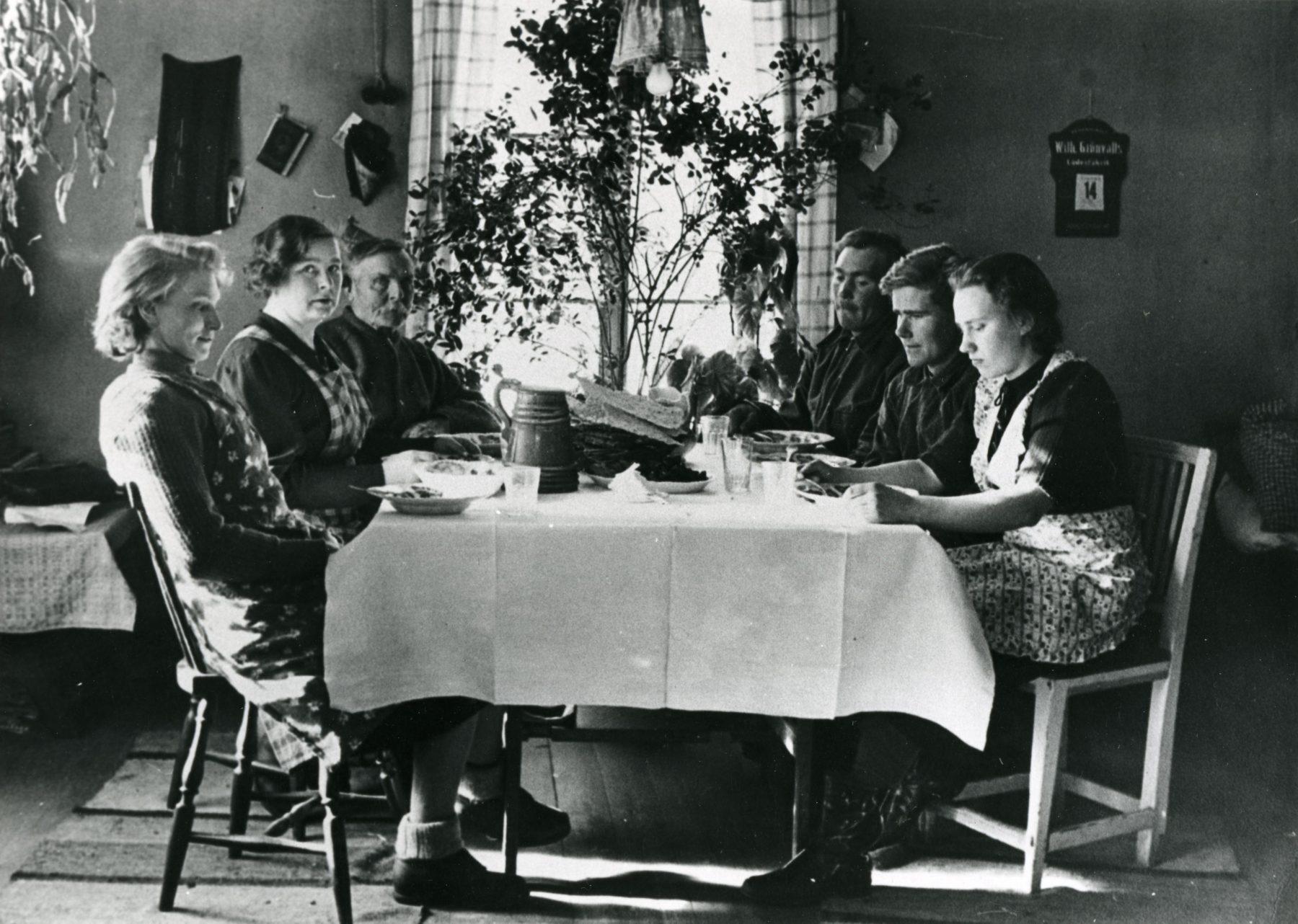 Familj runt matbord