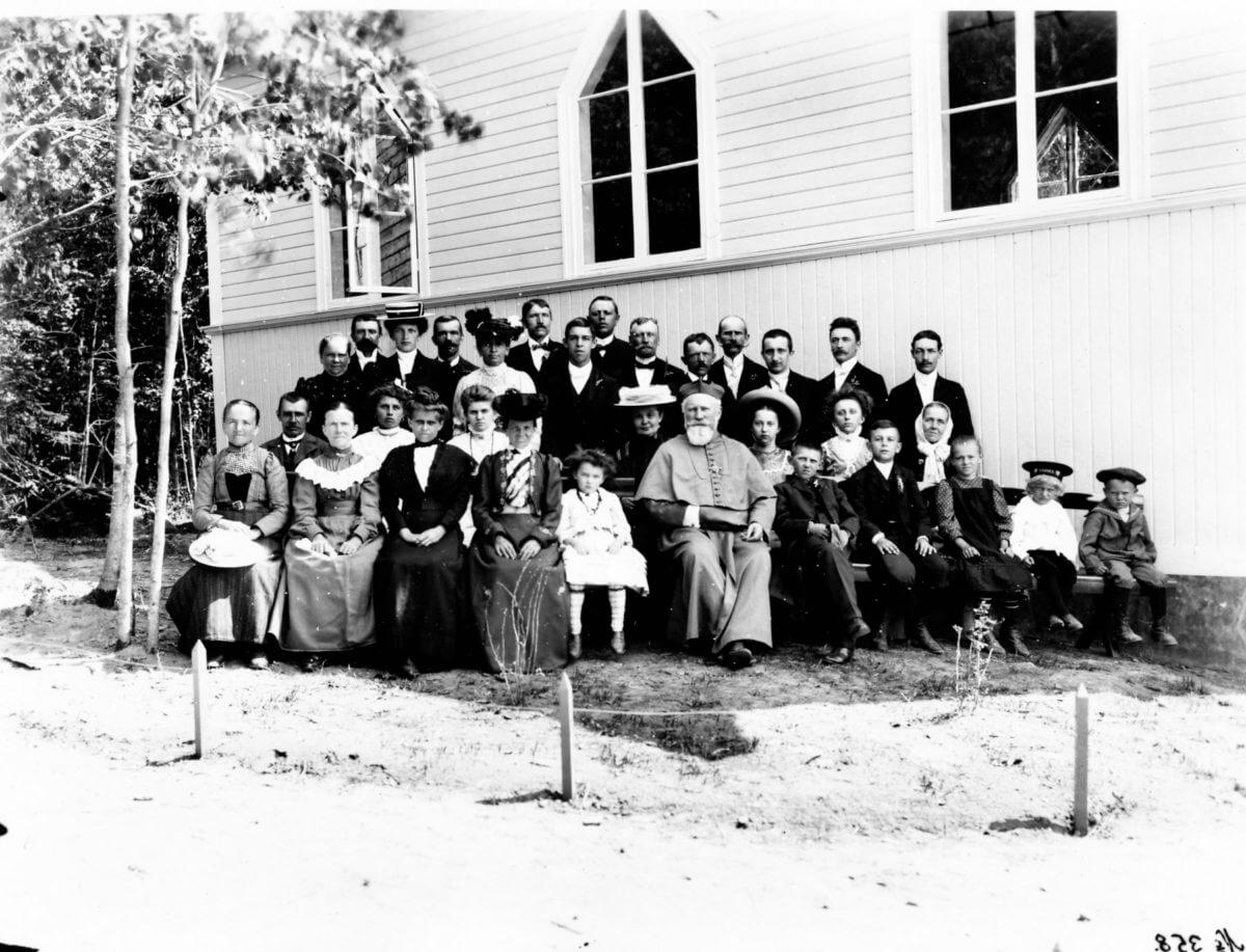 En gruppbild framför en kyrka.
