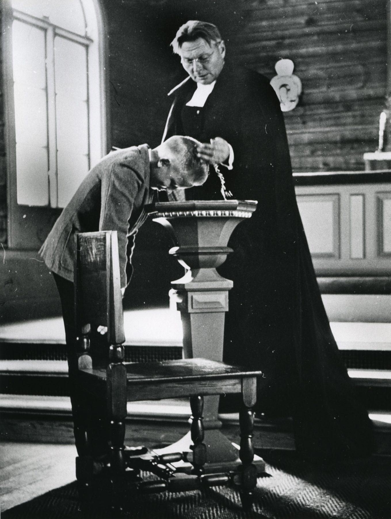 Präst döper pojke
