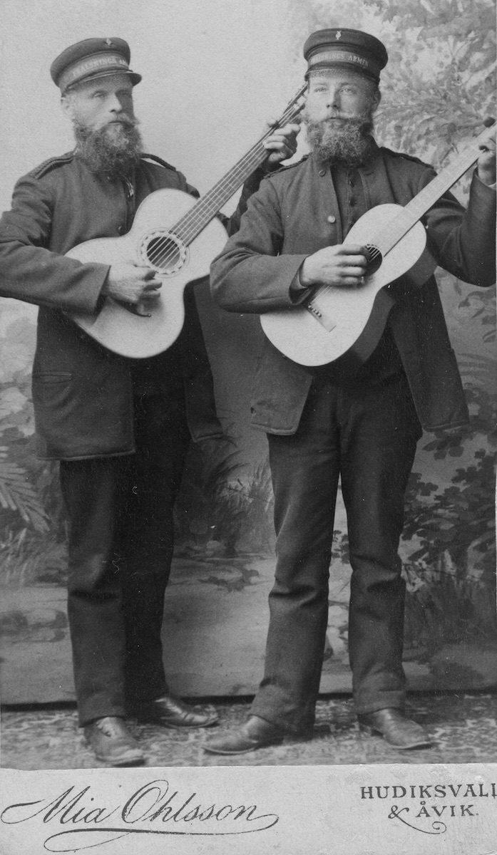 Två gitarrspelande män