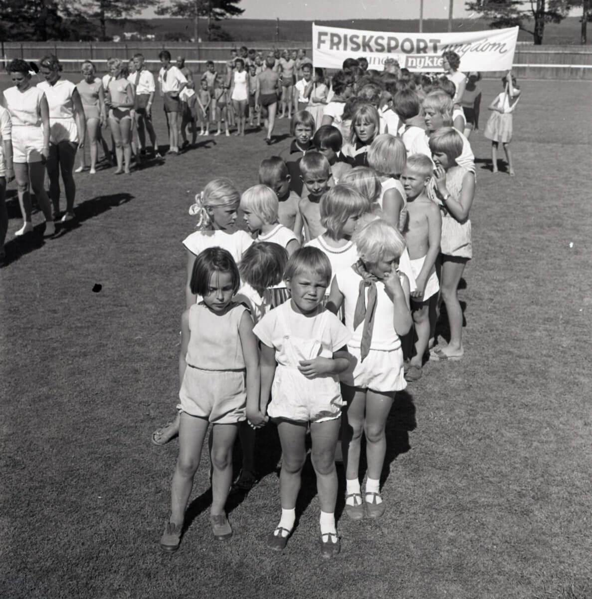 Barn på led vid ett Frisksport evenemang.