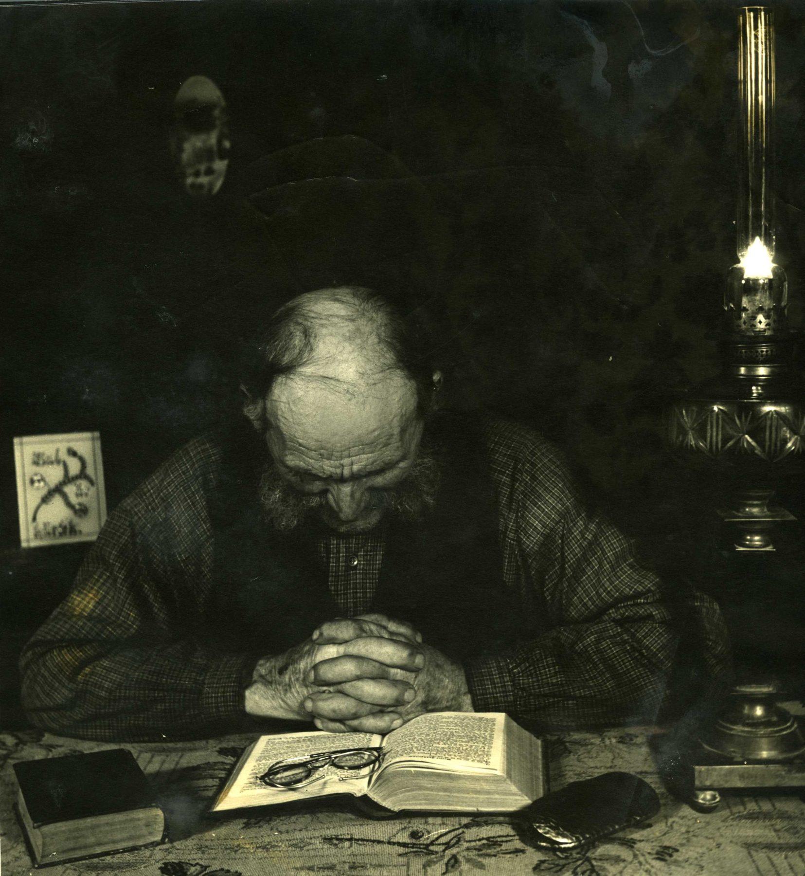 En man ber