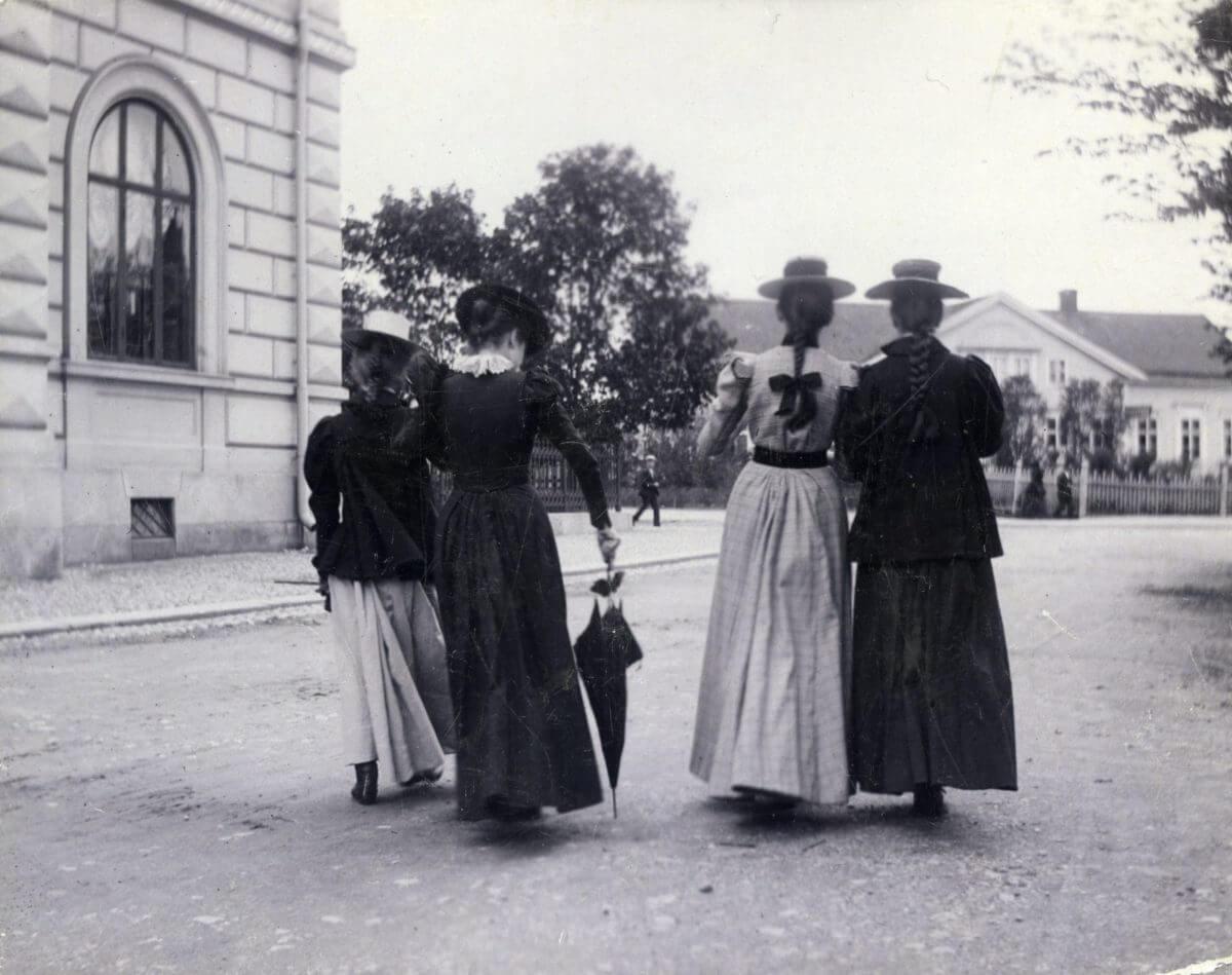 Fyra kvinnor går på gatan.