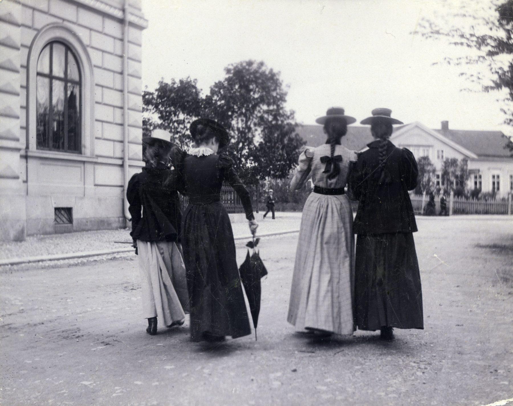 Fyra kvinnor på gatan