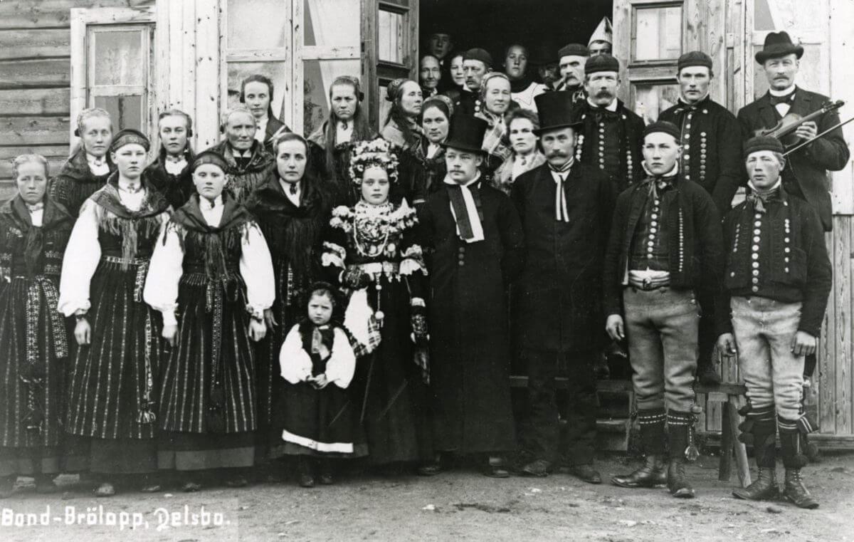 Ett bröllopsfoto med folkdräktsklädda personer.