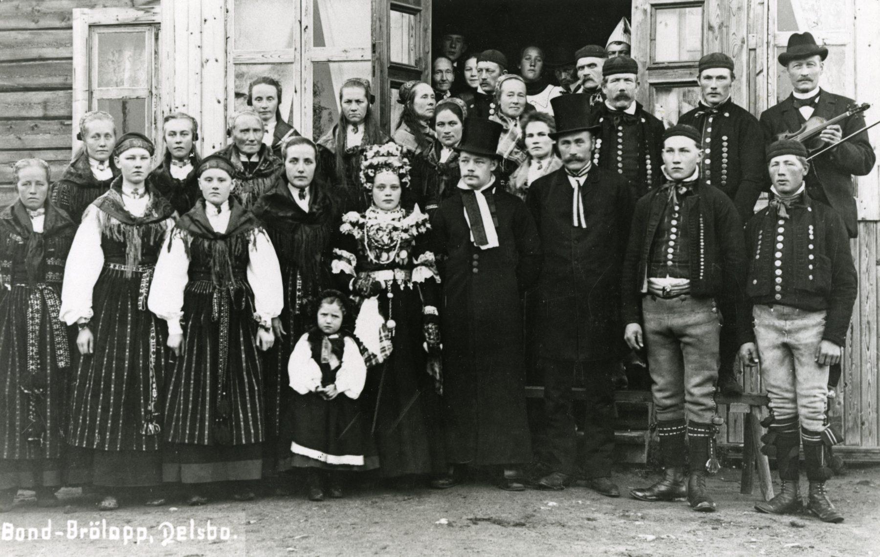 Bröllopsfoto med folkdräkter