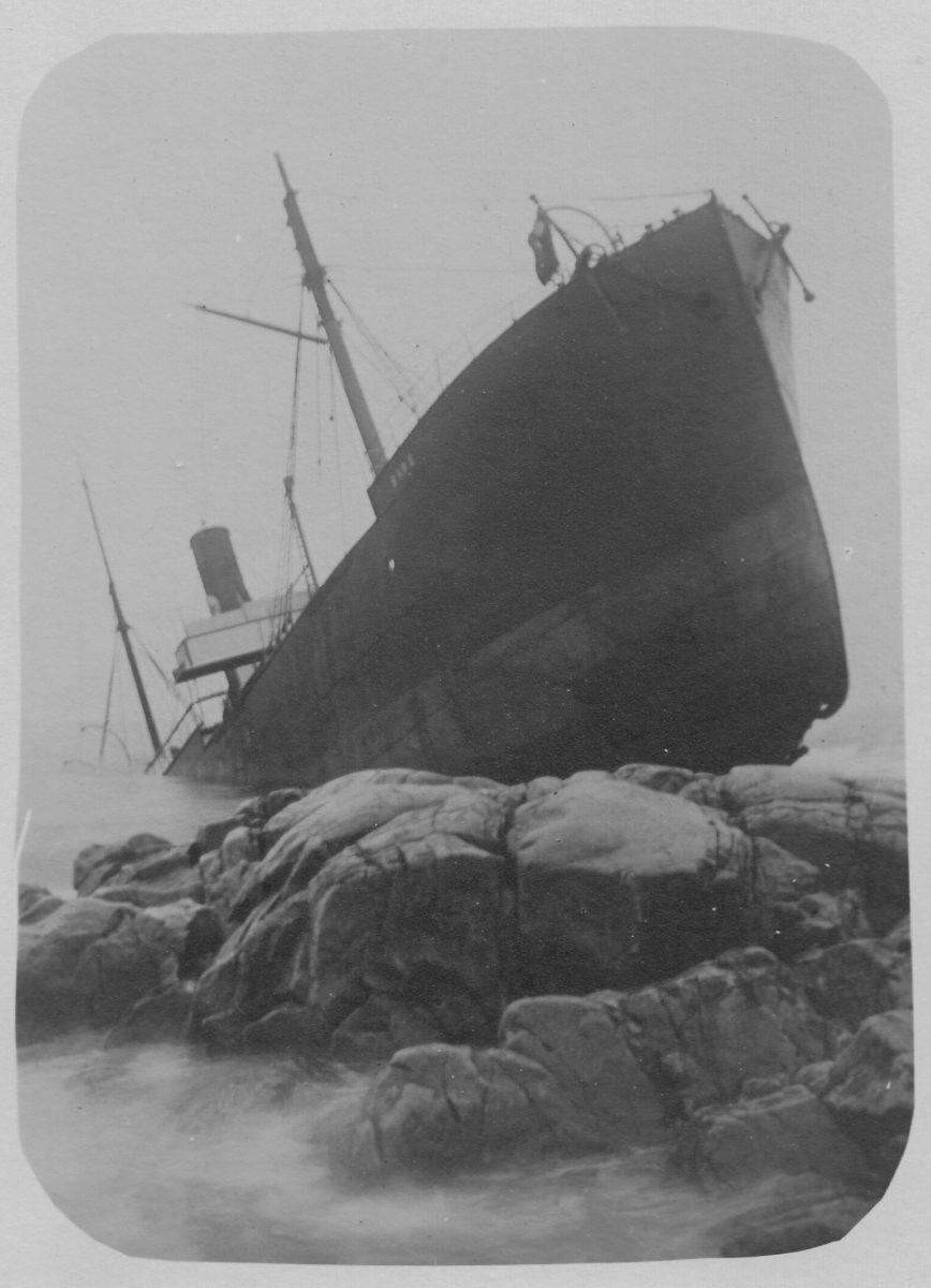 Ett fartyg som har gått på grund mot ett stenparti.