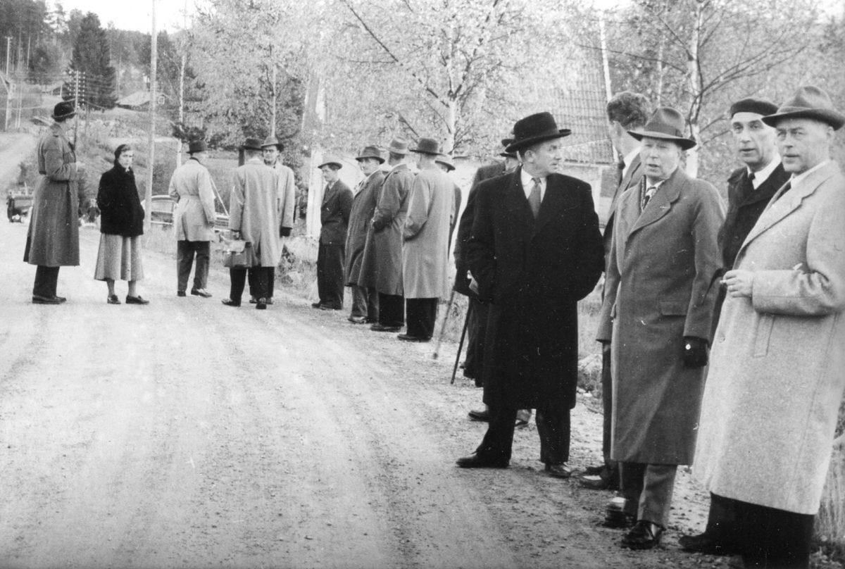Ett antal personer som står vid väg