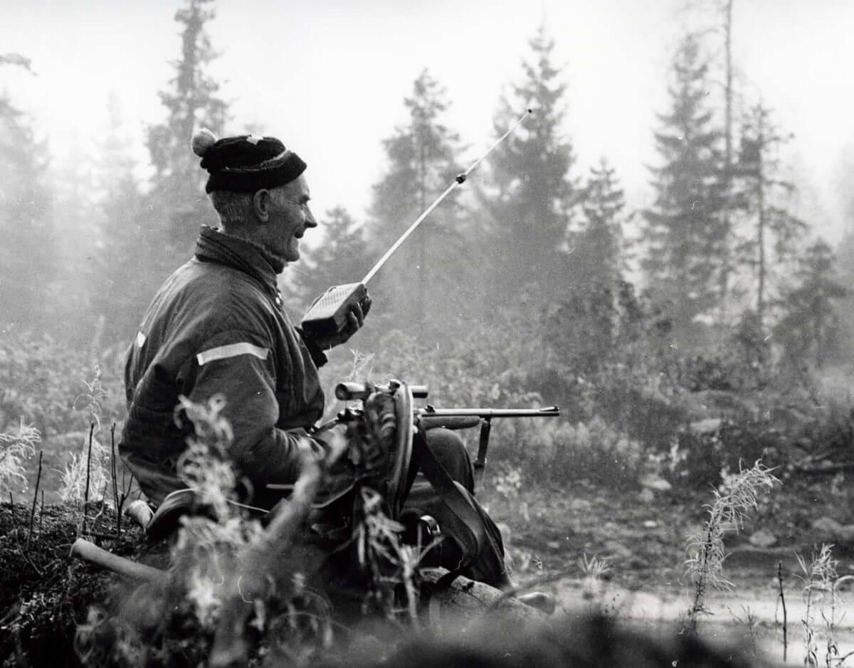 En man pratar i sin walkie-talkie på jaktpass.