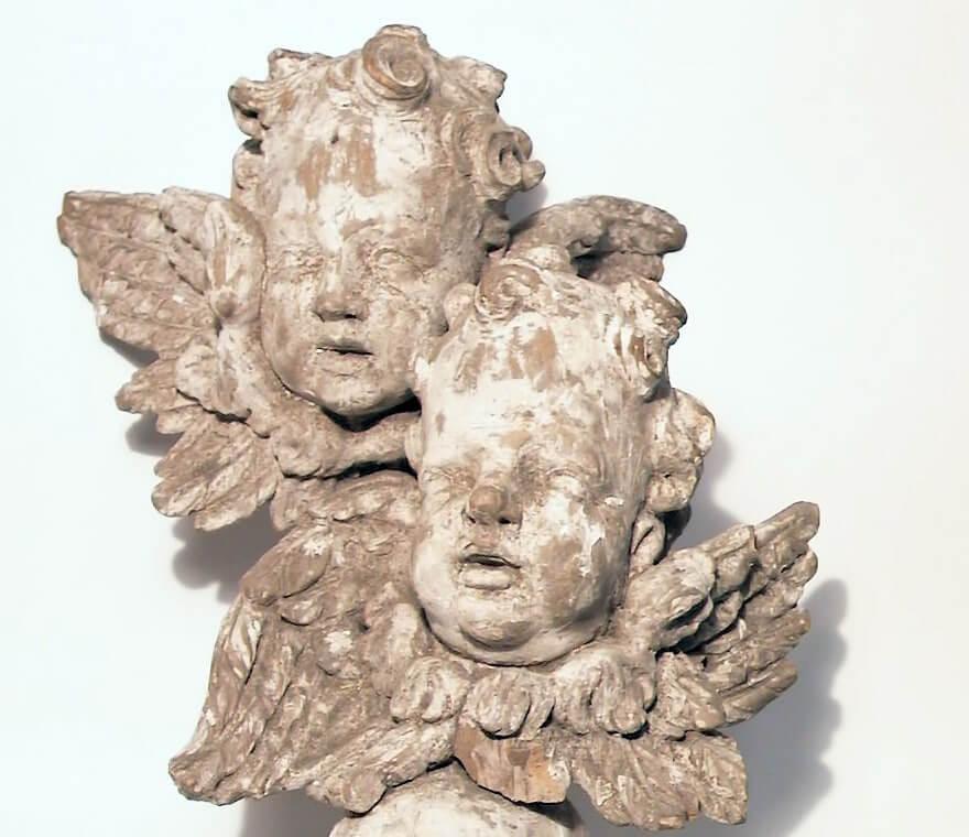Två serafer, änglahuvuden, ur museets samlingar.