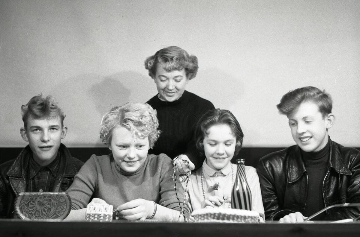 Fyra barn med en lärare vid IOGT-NTO:s hobbyverksamhet med diverse alster i Trönö, januari 1956.