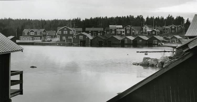 Skärså fiskeläge med byggnader, fiskehus och bryggor.