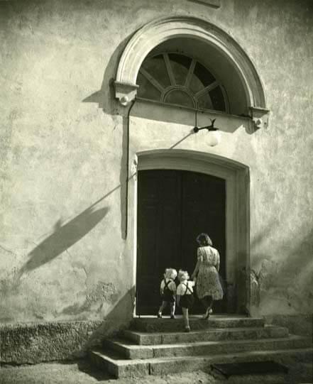 Trapp till kyrka med lunettfönster