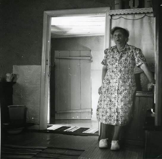 Kvinna som står i rum