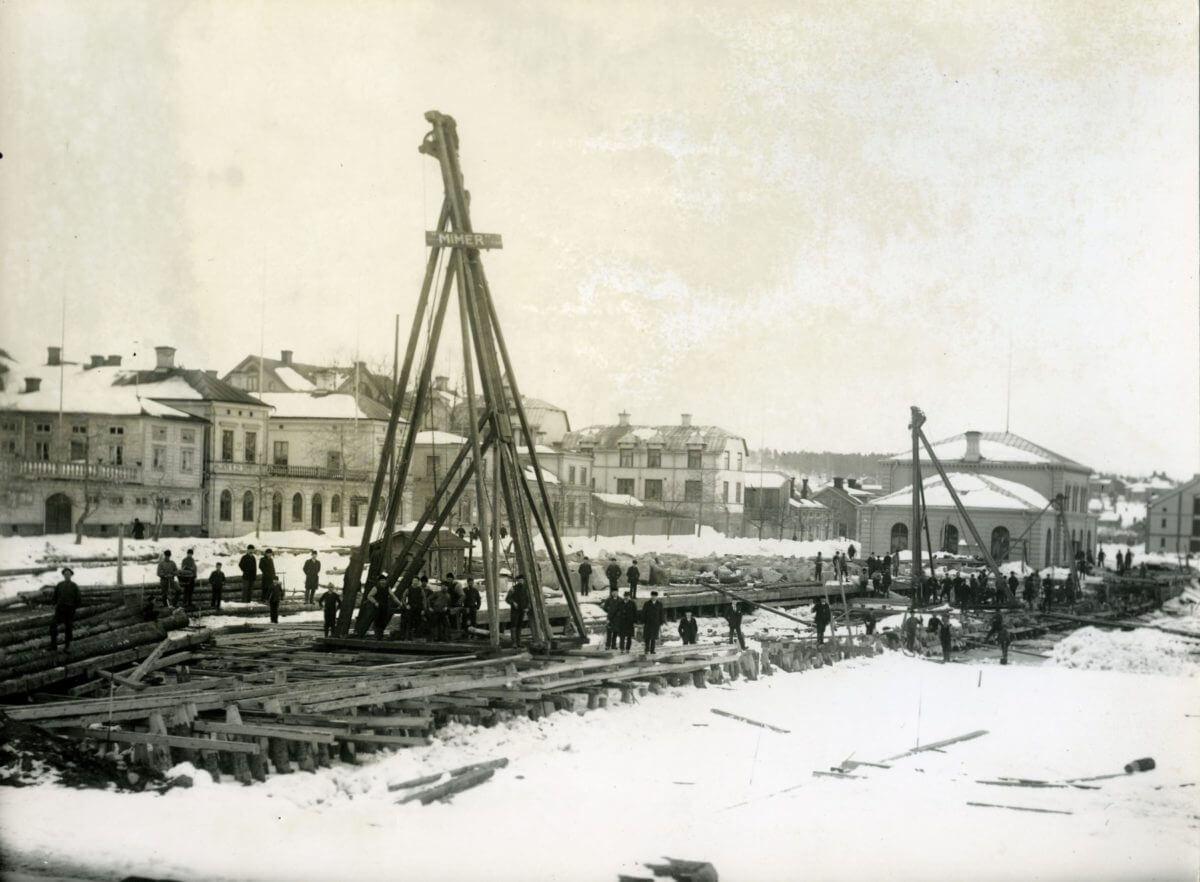 Luftkranar vid ett bygge i Hudiksvalls hamn.