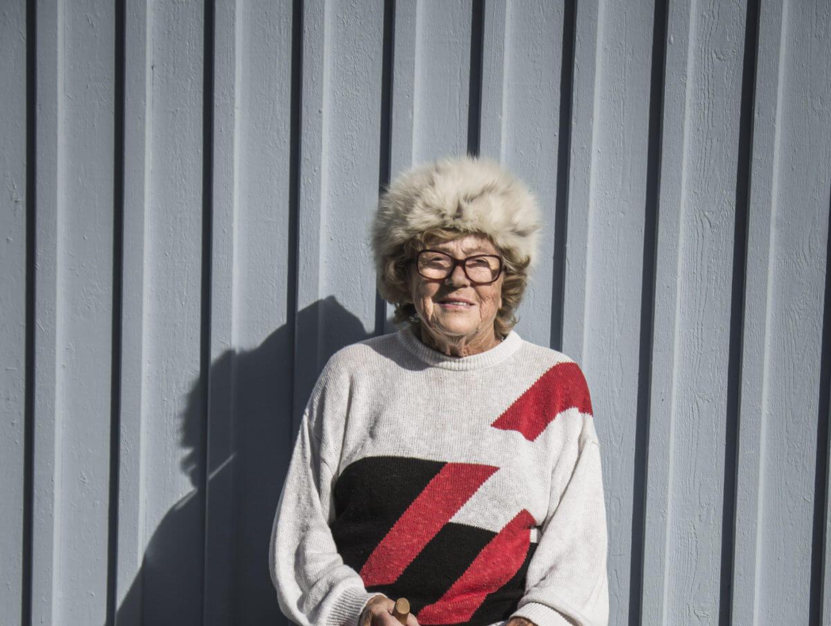 En kvinna iförd en mönstrad tröja och pälsmössa.