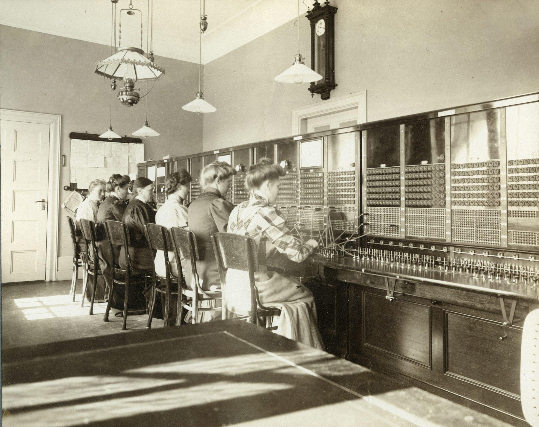 Kvinnor jobbar på televerket
