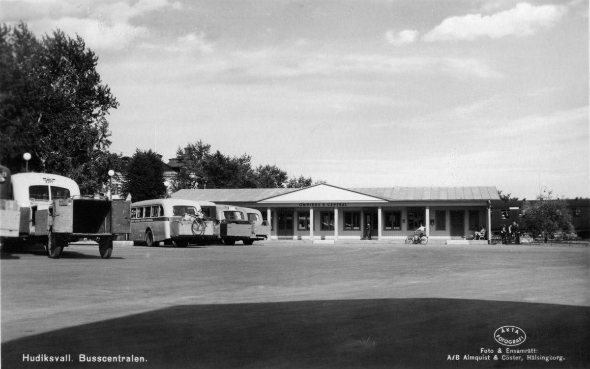 En busstation med väntsal och bussar.