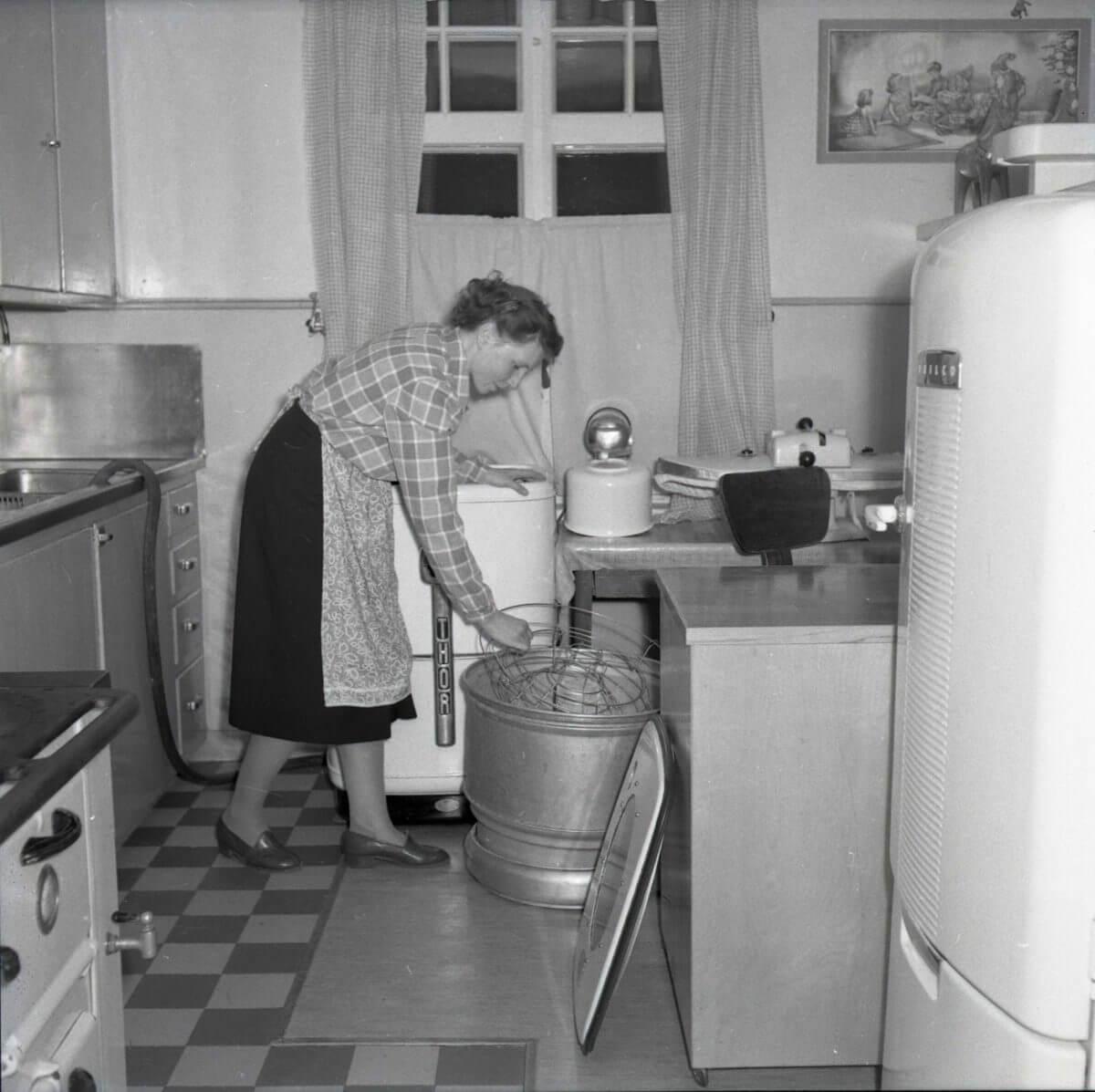 En kvinna använder en köksmaskin.