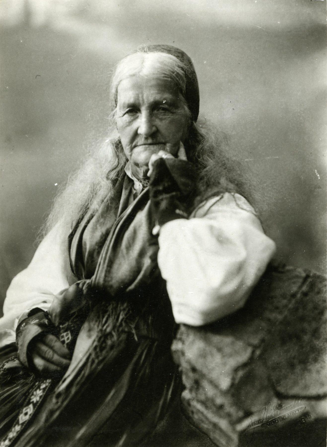 Kvinna i folkdräkt