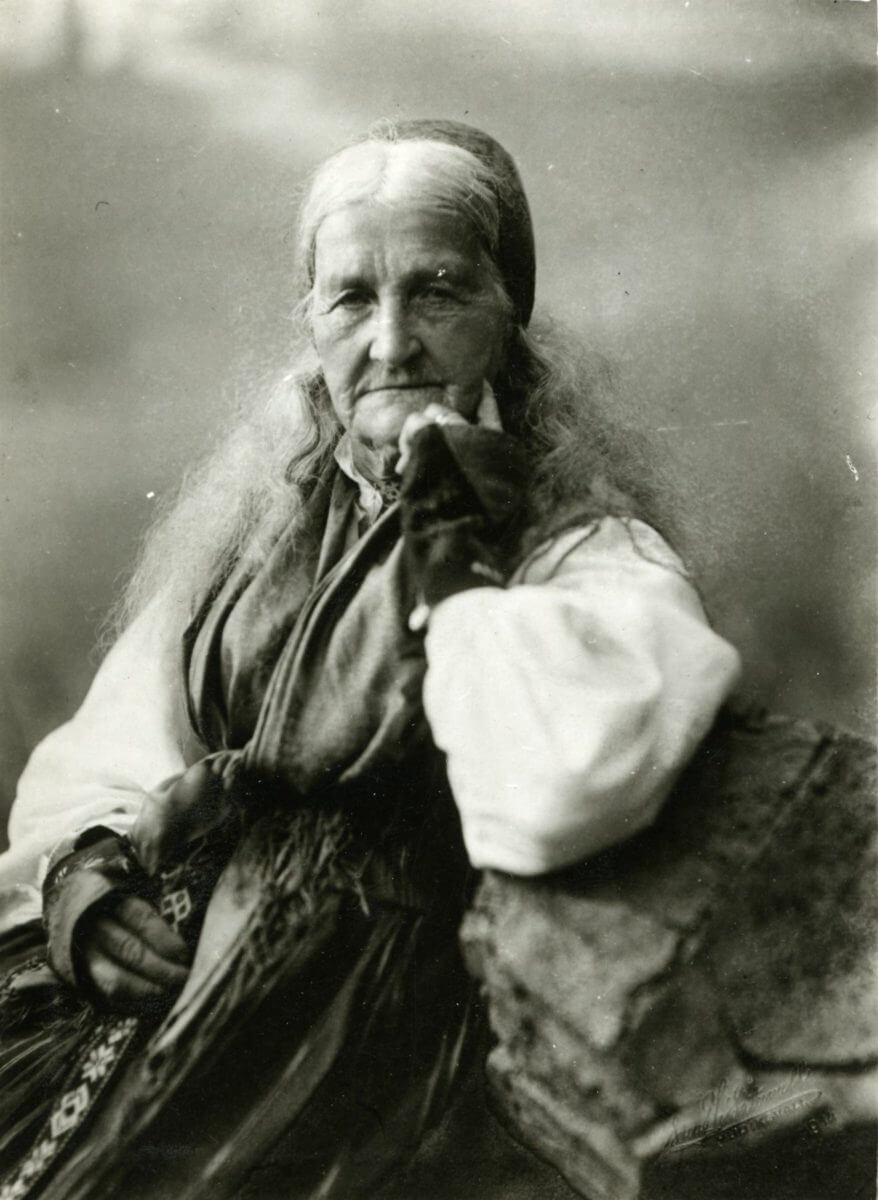 Kvinna i folkdräkt.
