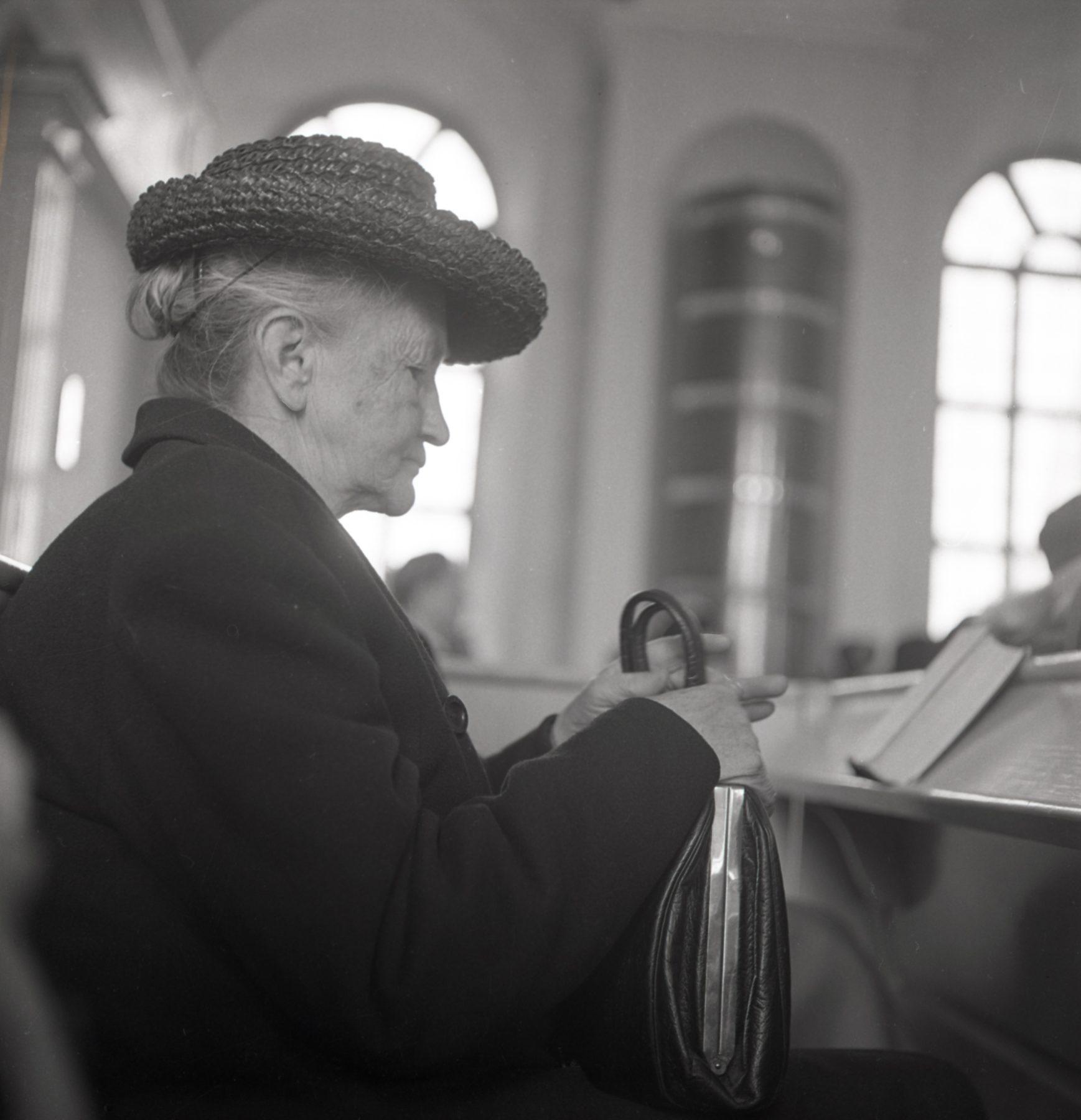 Kvinna sitter i kyrka