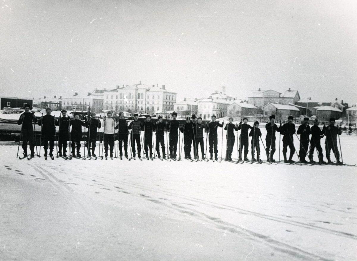 En grupp skidåkare står på rad.