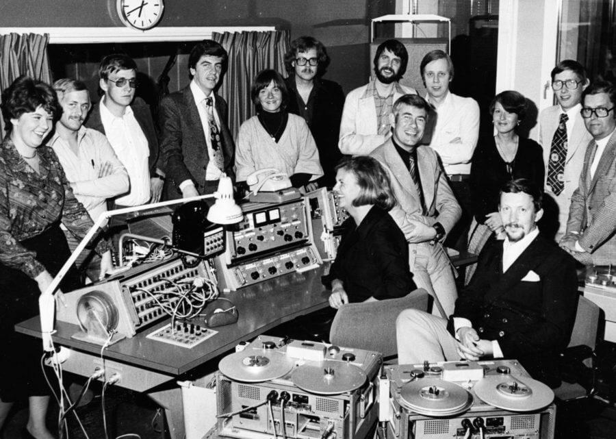 En grupp människor i ett rum med inspelnings- och sändningsutrustning.