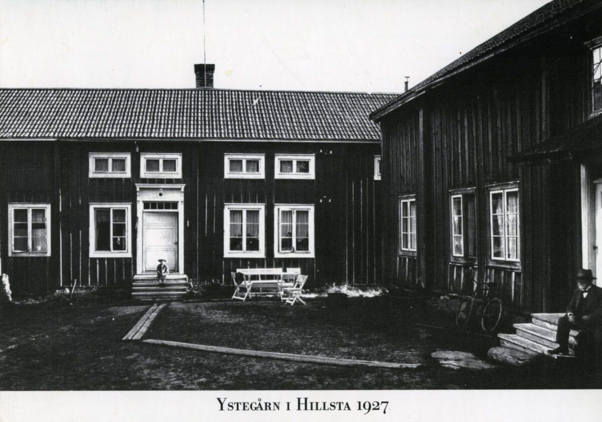 En pojke och en man sitter på varsin trappa vid Ystegården.