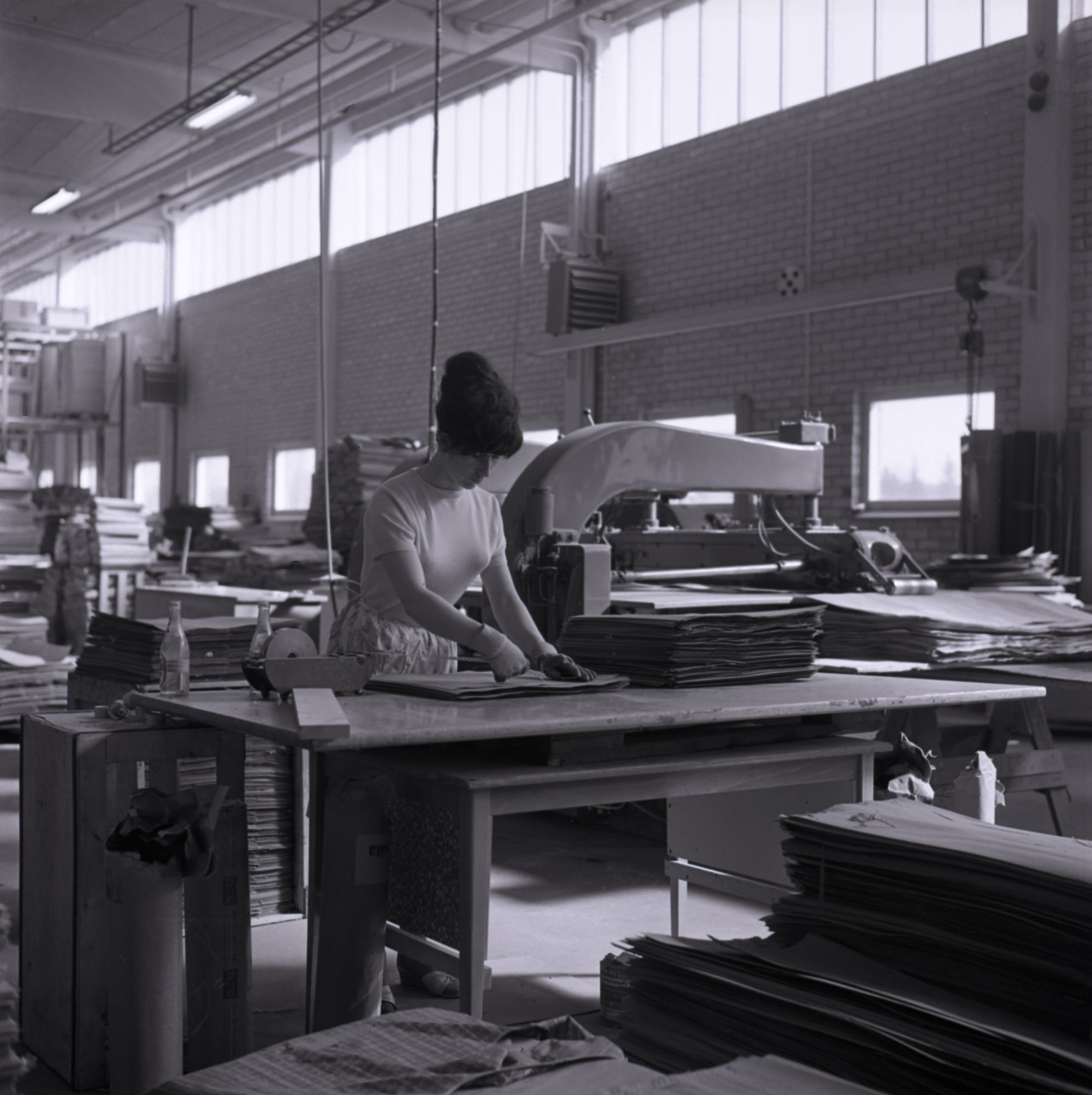 Kvinna i industrilokal