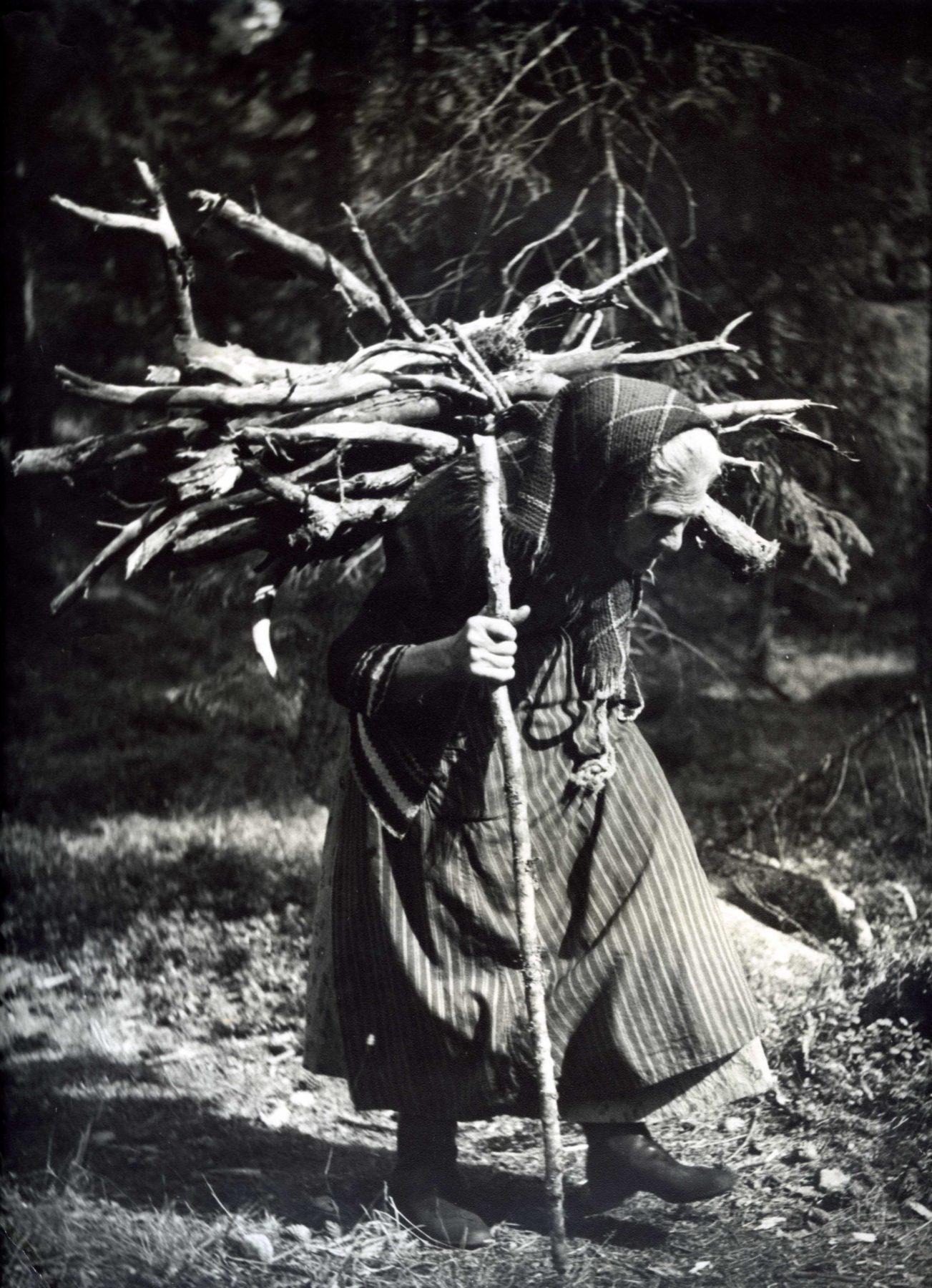 Kvinna bär ved