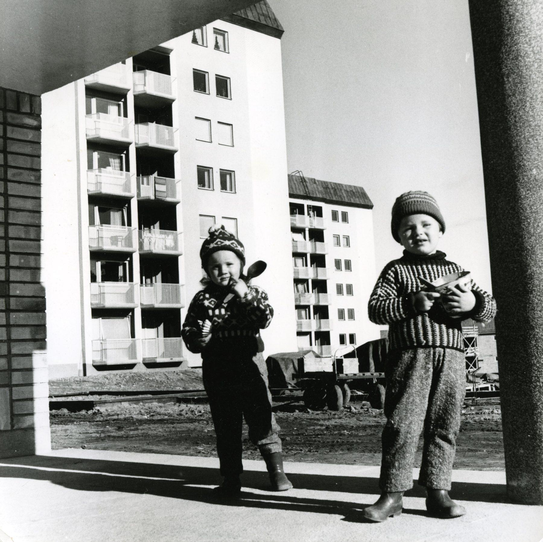 Barn vid höghus