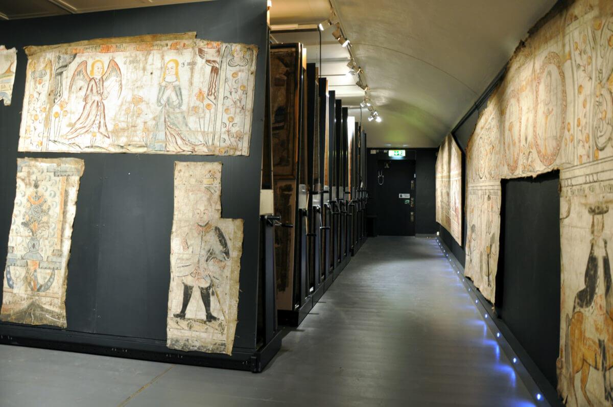 Visningsmagasin för väggmåleri vid Hälsinglands museum.