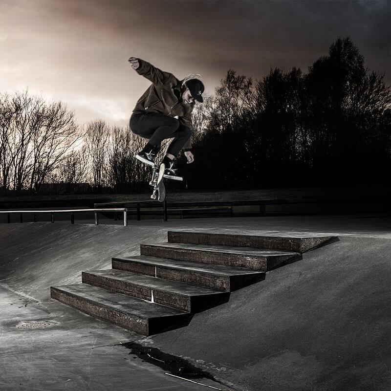 Skateboardåkare som hoppar över trapp