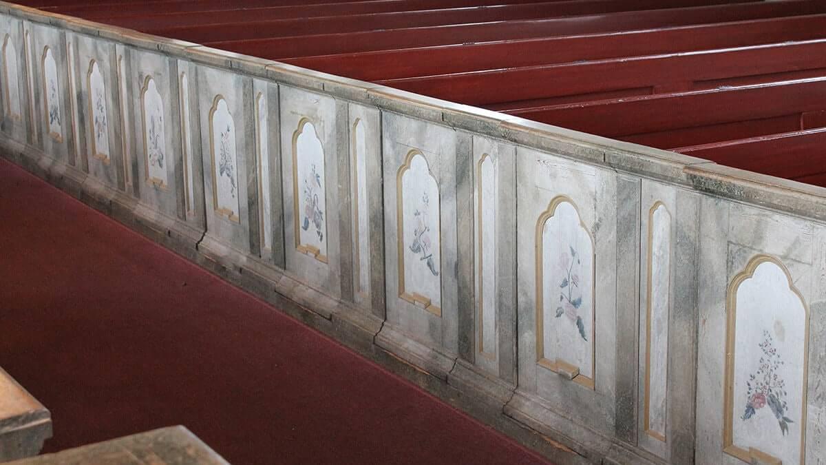Rad med bänkdörrar i Borgsjö kyrka, Medelpad.