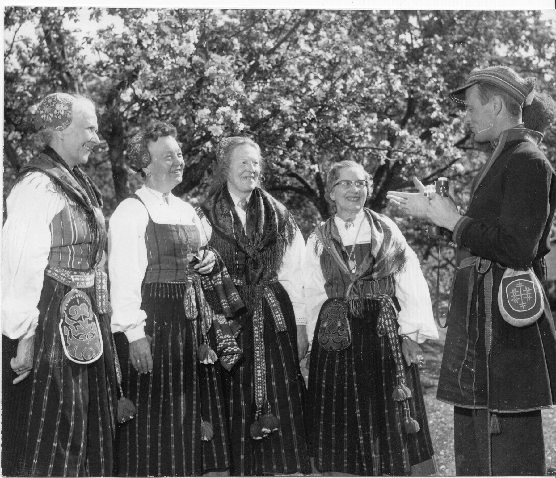 En grupp kvinnor i folkdräkt