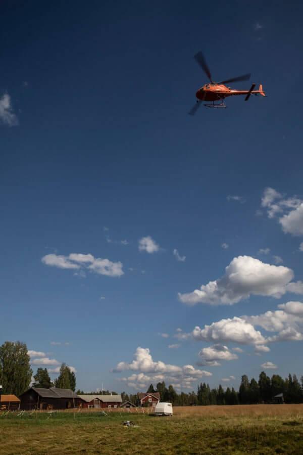 Helikopter flyger över Fågelsjö