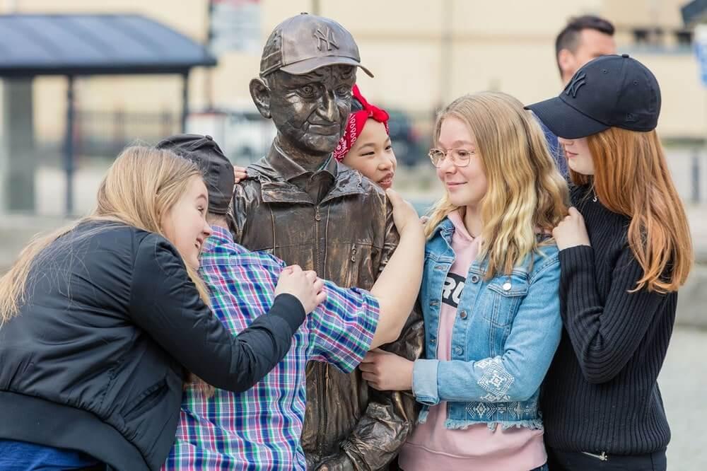 Bosse-skulpturen blir kramad av några barn.