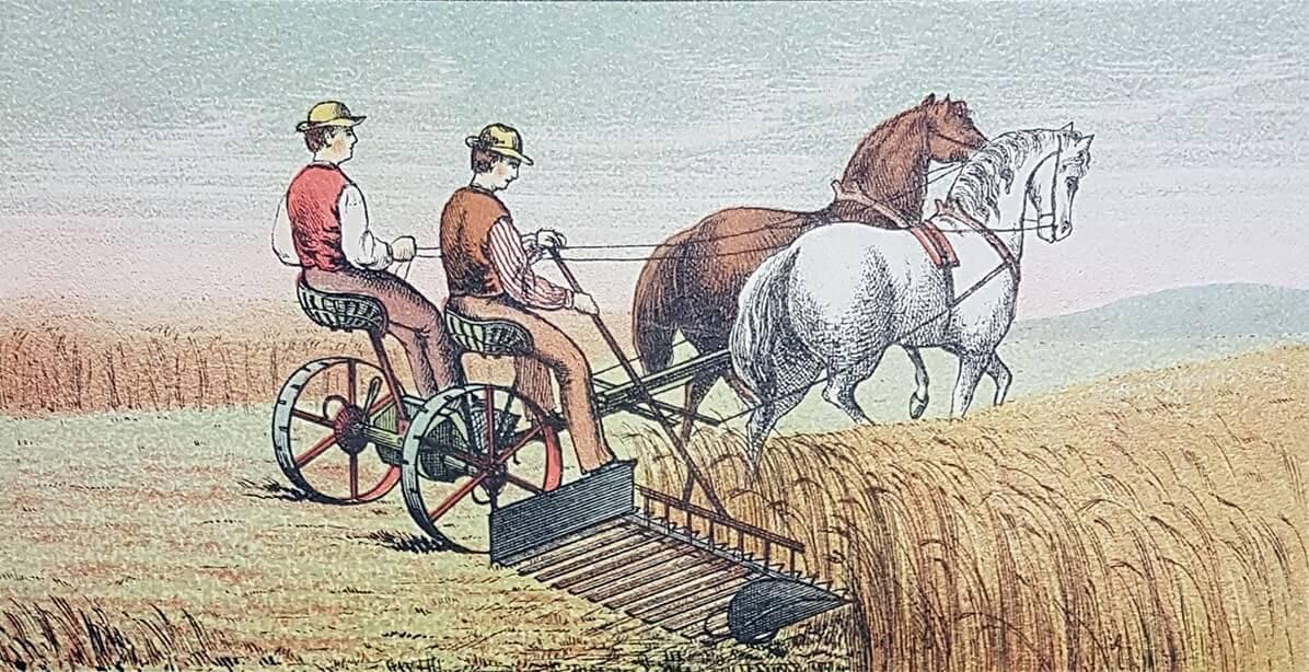 Två människor som sitter på en slåttermaskin dragen av hästar.