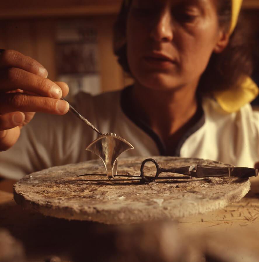 Rosa Taikon arbetar på smycke